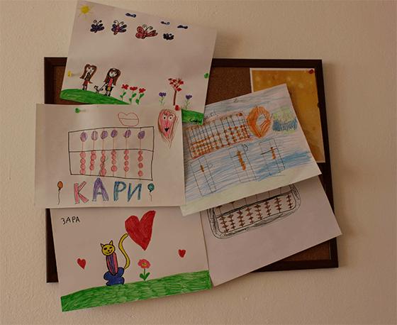 Табло с рисунки на деца от център Менталика на сметалото абак